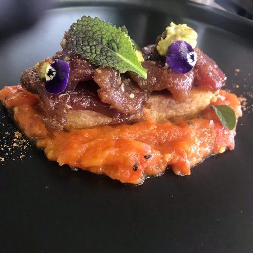 Falsa torrija de pan alemán con láminas de atún rojo y guacamole de espirulina